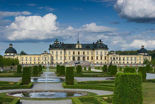 Drottningholms slott bjuder dig på en fantastisk miljö med en pampig trädgård. Slottet byggdes redan på 1600-talet och sägs vara landets bäst bevarade kungliga byggnad. Har du tur kanske du även får en glimt av kungafamiljen. Det går att besöka området året om.